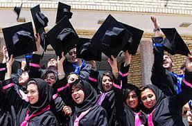 تصویر دانشجویانی که از فارغ التحصیل خودشان راضی هستند مناسب برای صفحه ی ترجمه دانشجویی